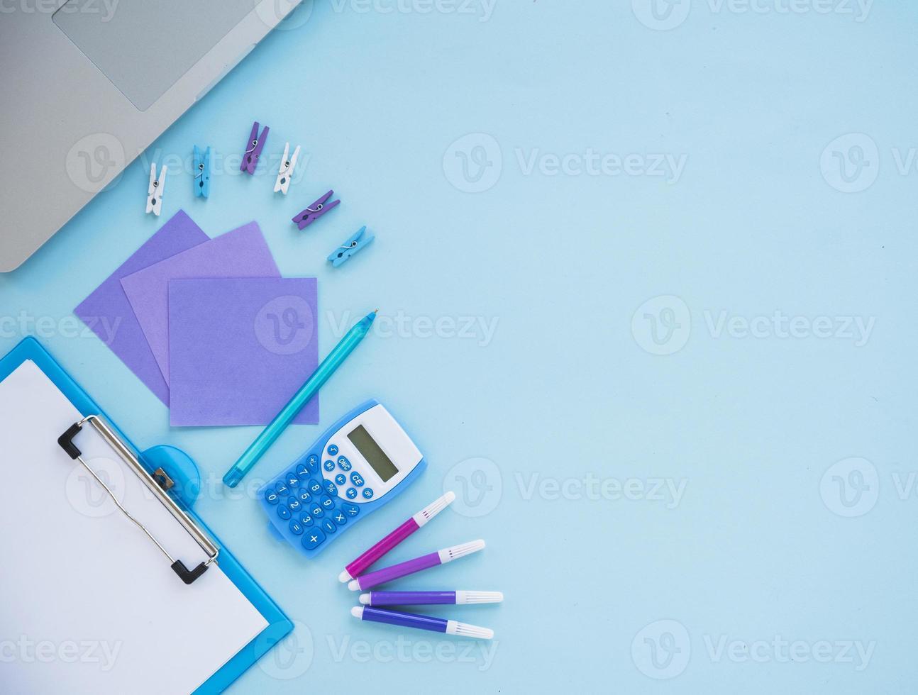 Draufsicht auf ordentliches Schreibtischdesign foto