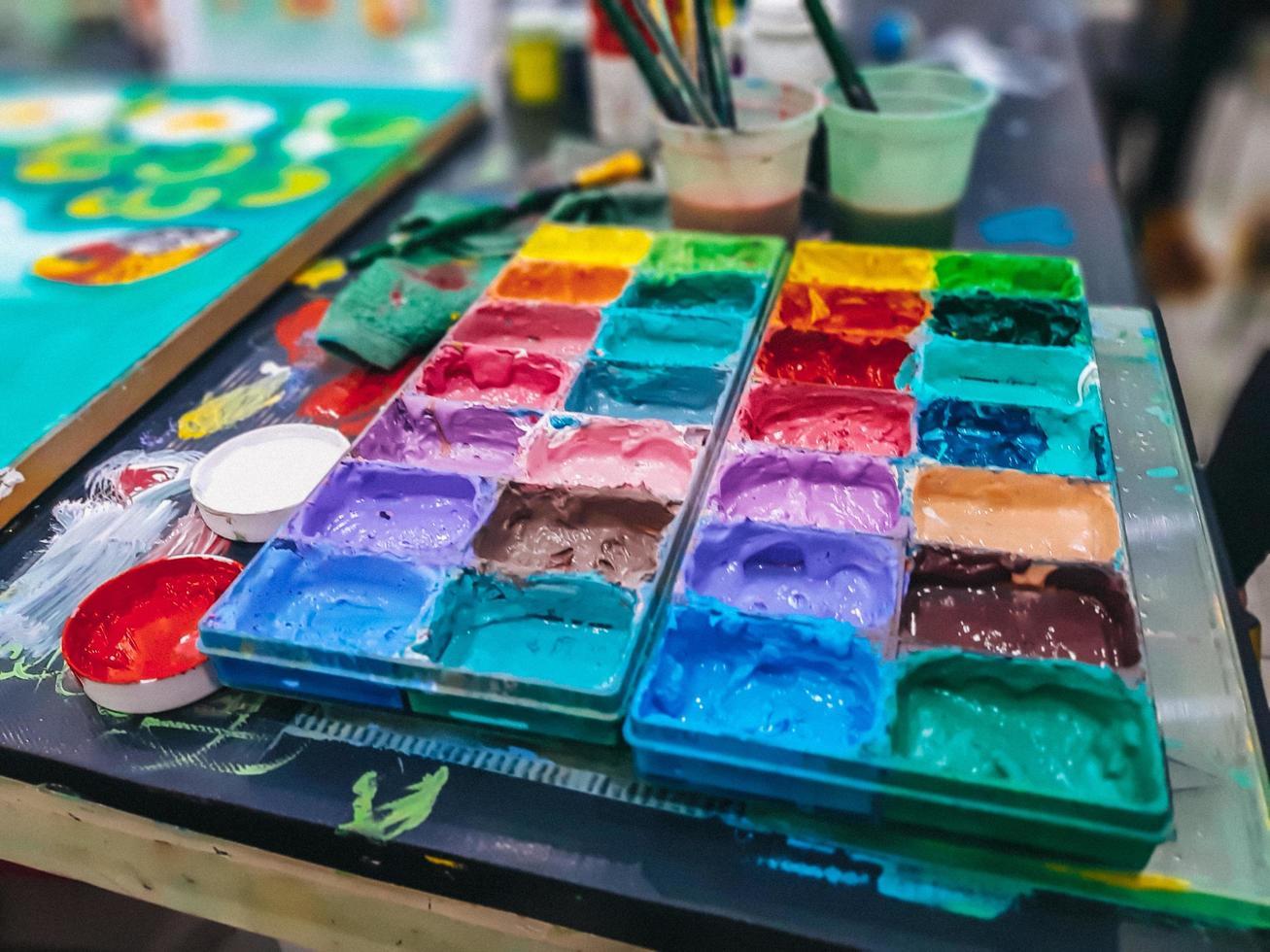 Aquarell in einer Palette, die Palette Wasserfarben auf dem Tisch, viele Farben in der Palette Wasserfarben foto