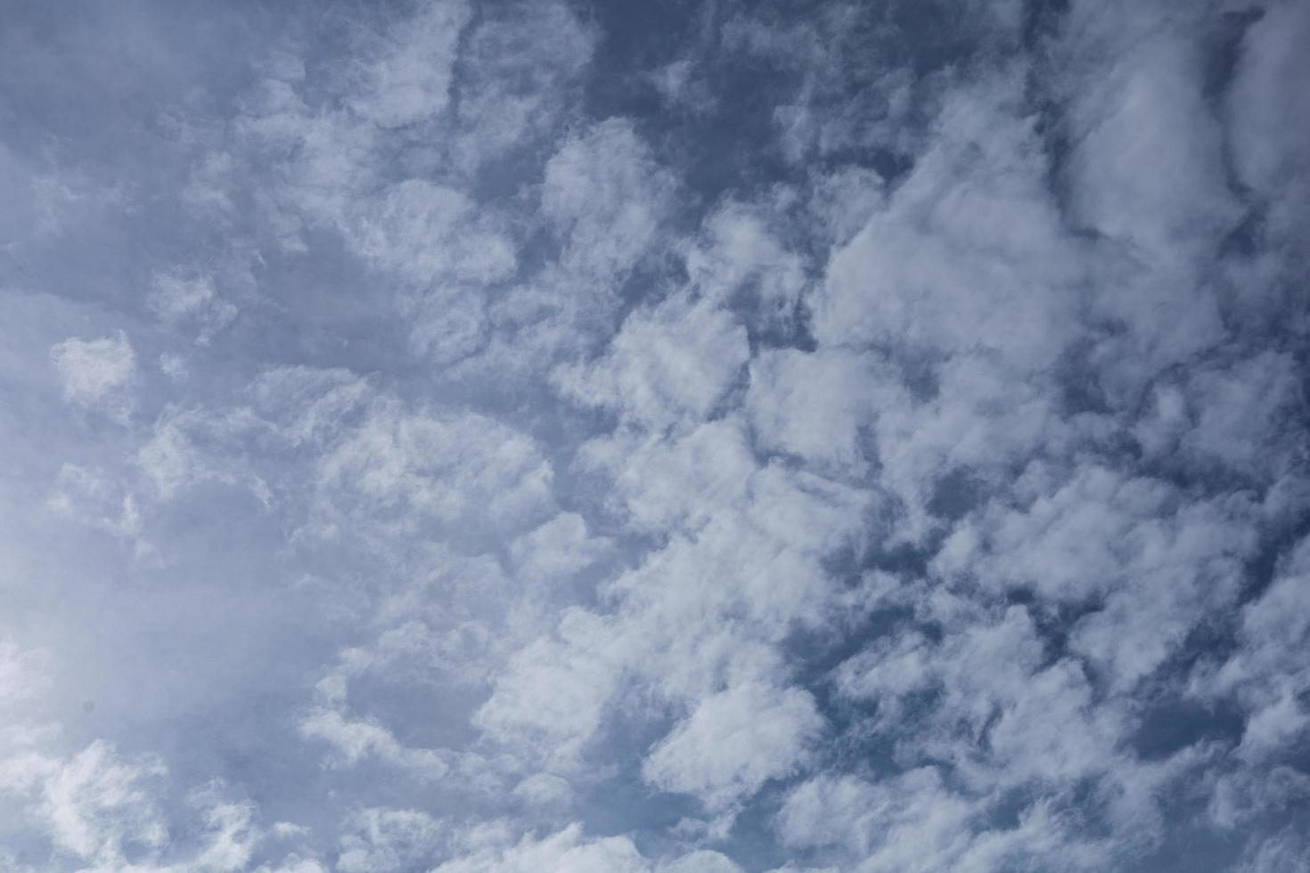 dramatischer Himmel mit stürmischen Wolken foto