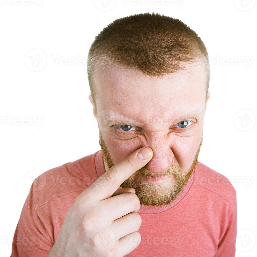 bärtiger Mann zeigt auf einen Pickel auf der Nase foto