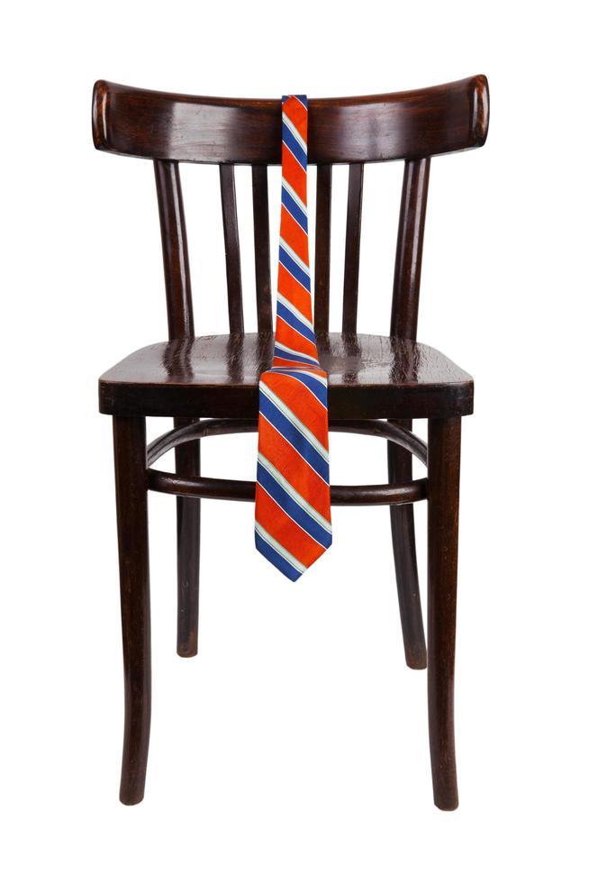 Krawatte hängt an einem Holzstuhl foto