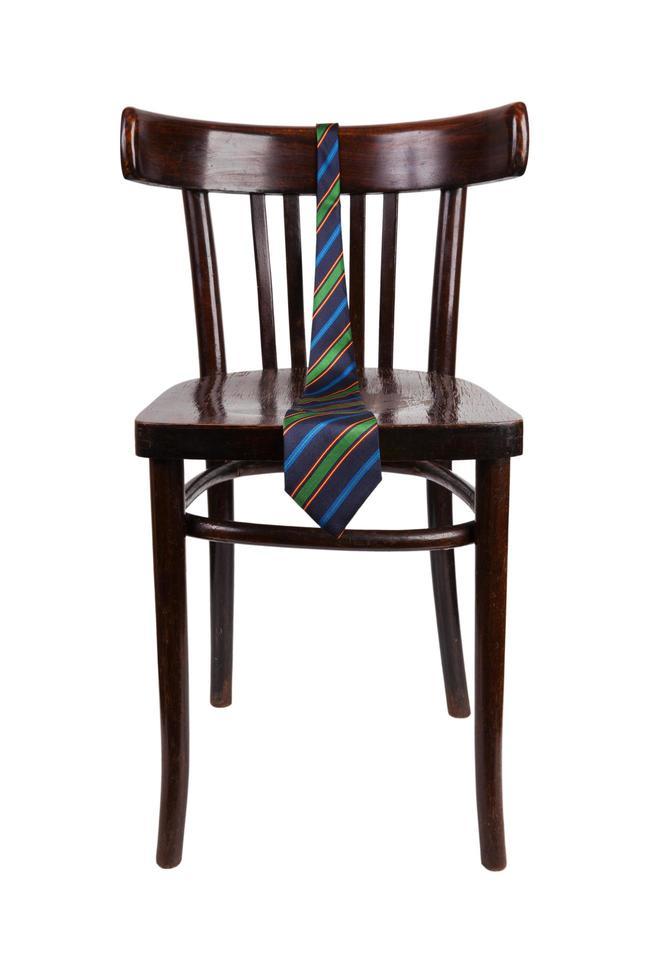 Gestreifte Krawatte, die an einem Stuhl hängt foto