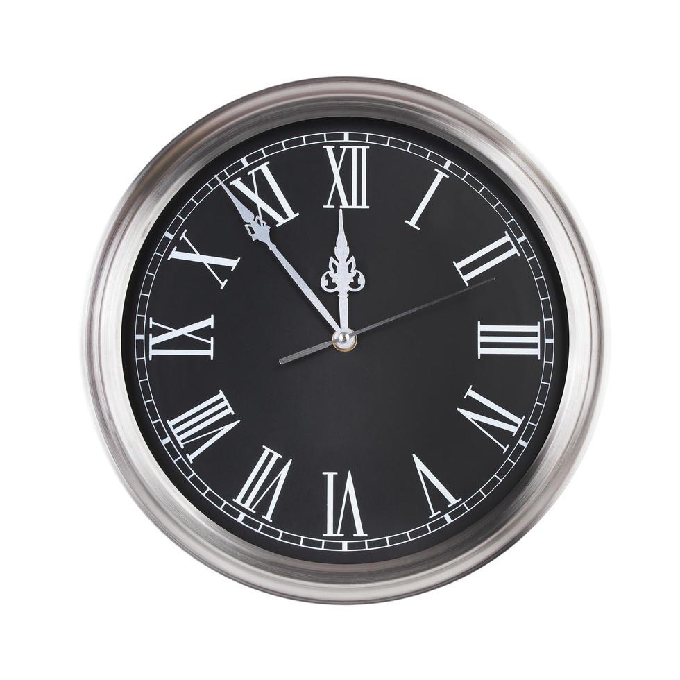 Bürouhr zeigt fünf Minuten vor zwölf foto