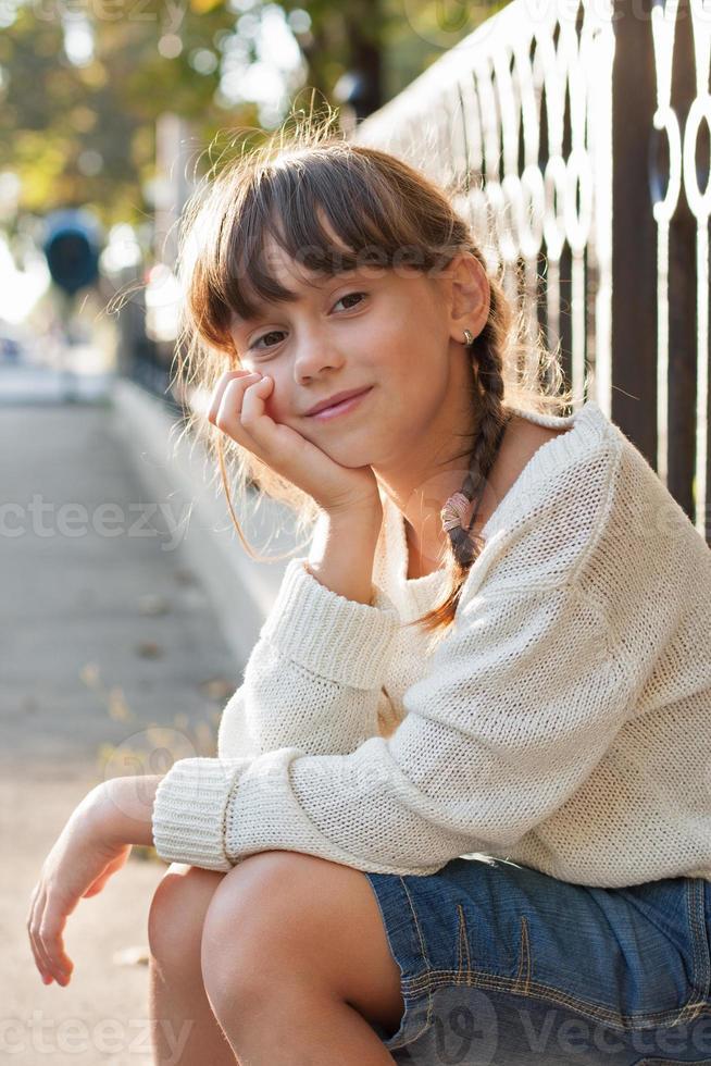 schönes Mädchen in einem weißen Pullover und einer Reithose foto