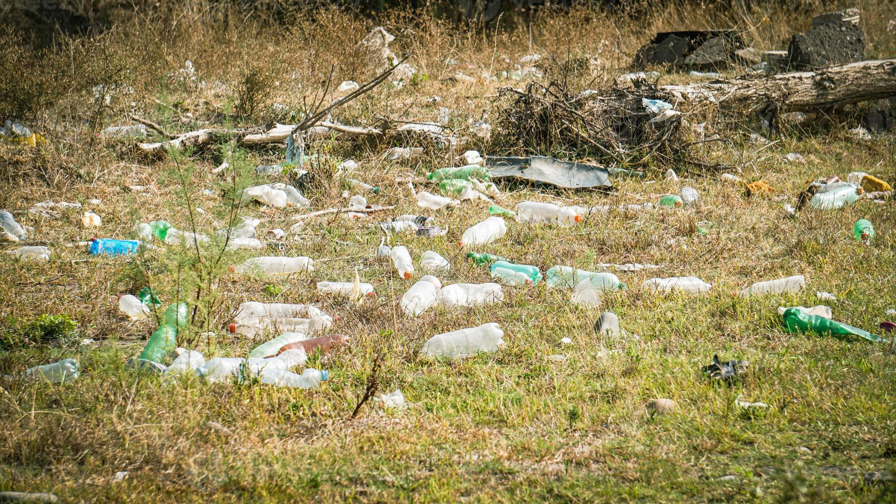 Müll am Flussufer - Müll am Flussufer foto