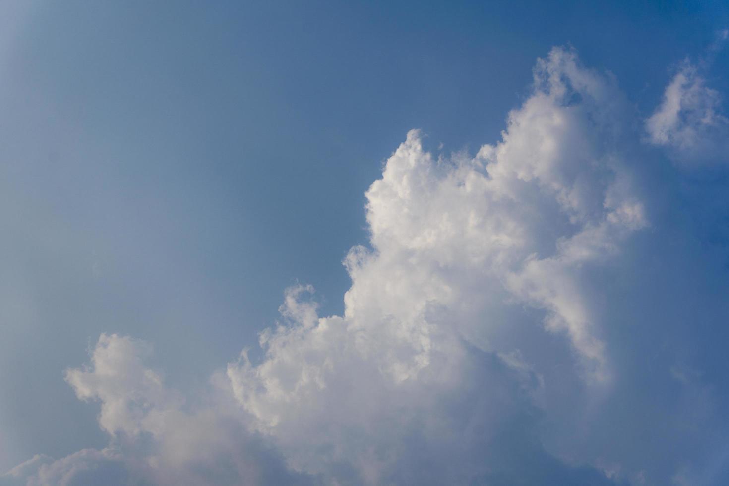 der Blick auf weiße Wolken, die am Himmel schweben foto