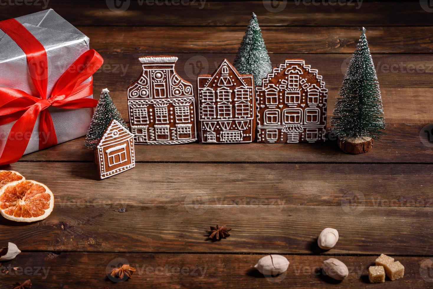 köstliche schöne Süßigkeiten auf einem dunklen Holztisch an Heiligabend foto