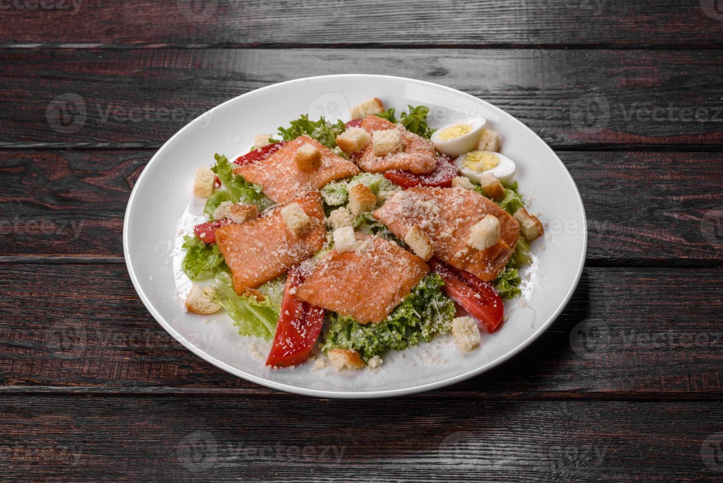 leckerer frischer Salat mit rotem Fisch für die festliche Tafel foto