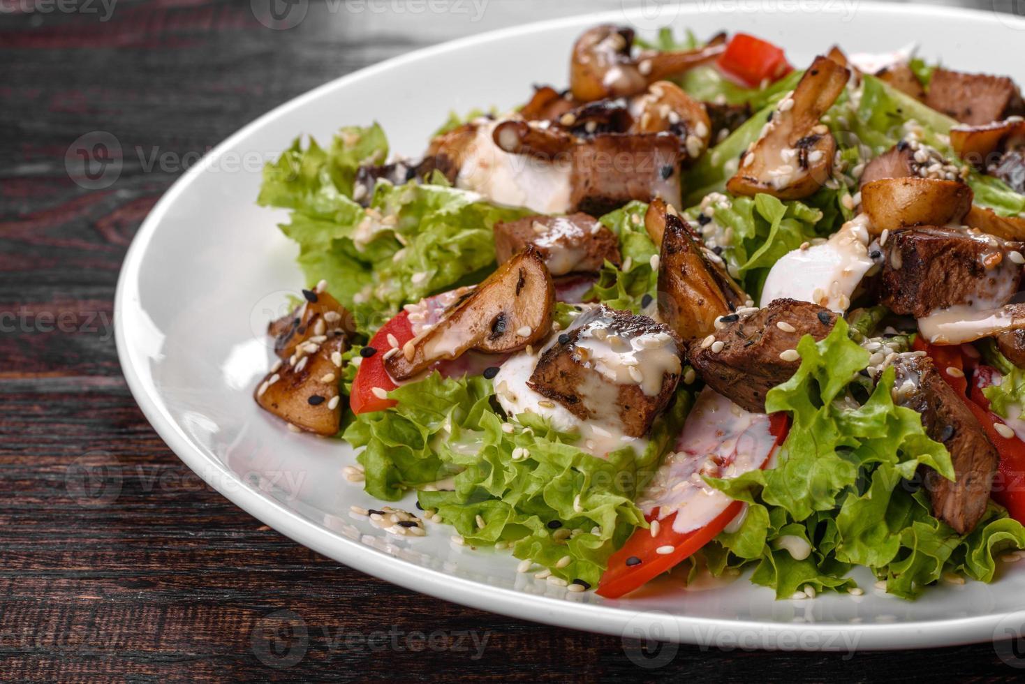 leckerer frischer Rindfleischsalat für eine festliche Tafel foto