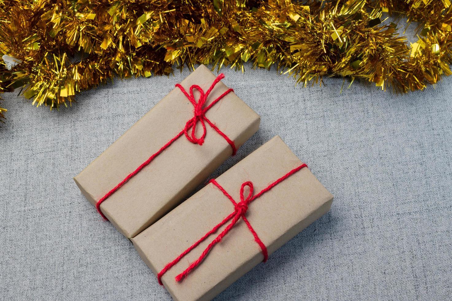 Geschenkbox, Geschenkbox des neuen Jahres, Weihnachtsgeschenkbox, Kopienraum. Weihnachten, Jahr, Geburtstagskonzept. foto