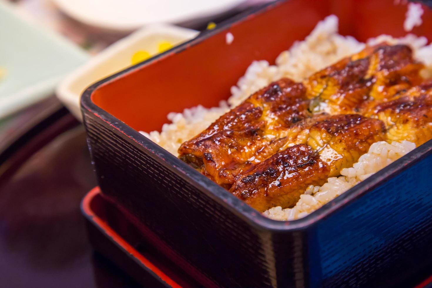 Unaju, Hitsumabushi, japanisches Essen, gegrillter Aal auf Reis, Aalschüssel foto