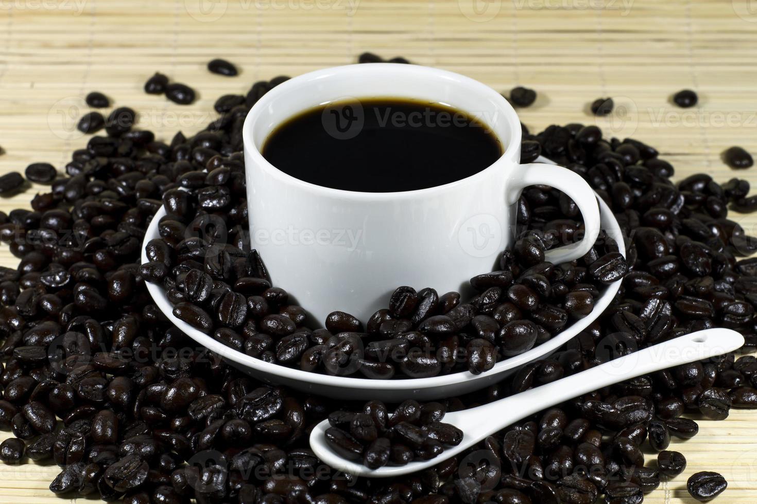 heißer Kaffee mit gerösteten Kaffeebohnen Dekoration foto