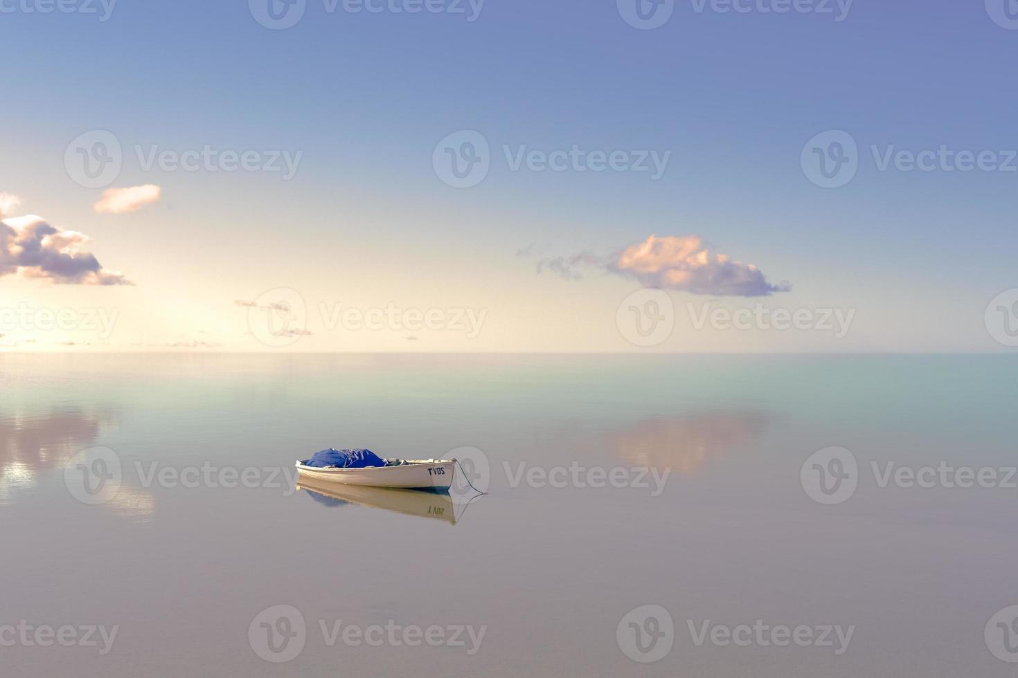 einsames Boot auf dem Wasser foto