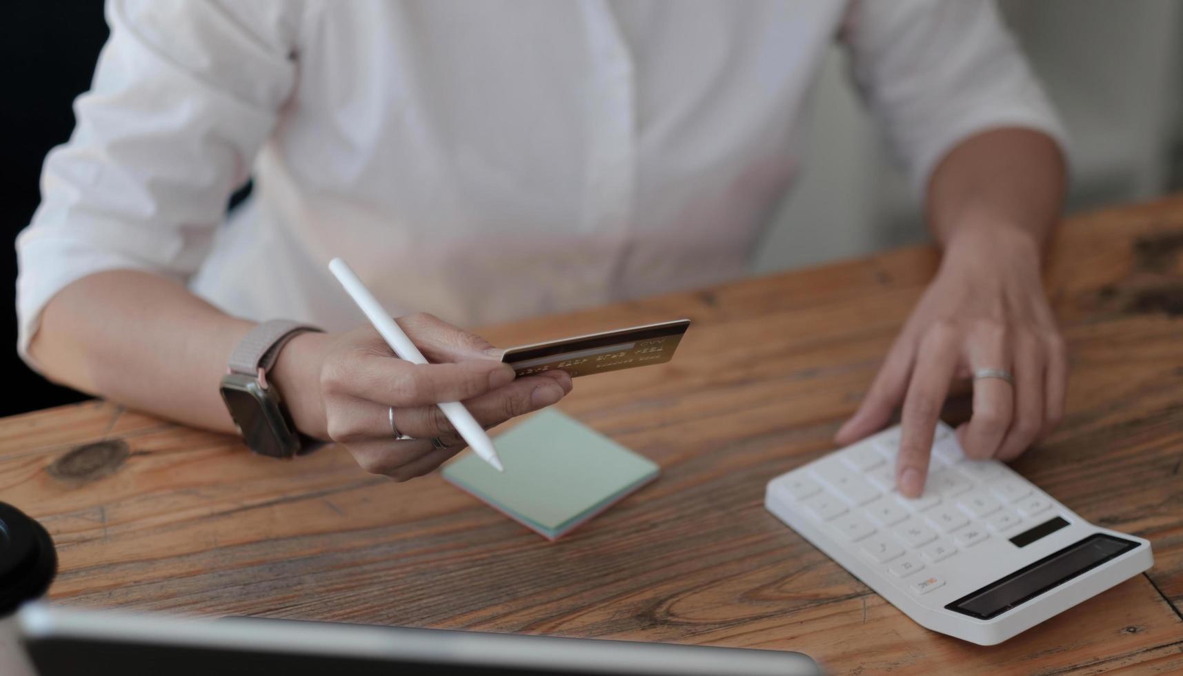 Berechnen Sie, wie viel Kosten oder Ausgaben mit Kreditkarten anfallen foto