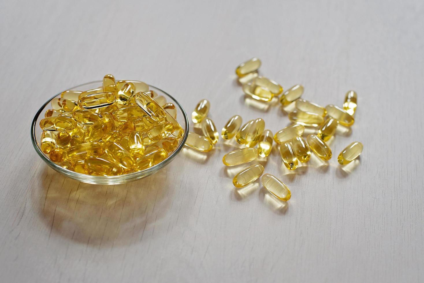 Fischölpillen. Omega-3-Gel-Kapseln. Nahrungsergänzungsmittel aus Dorschleber. Gesundheits- und medizinisches Konzept. foto
