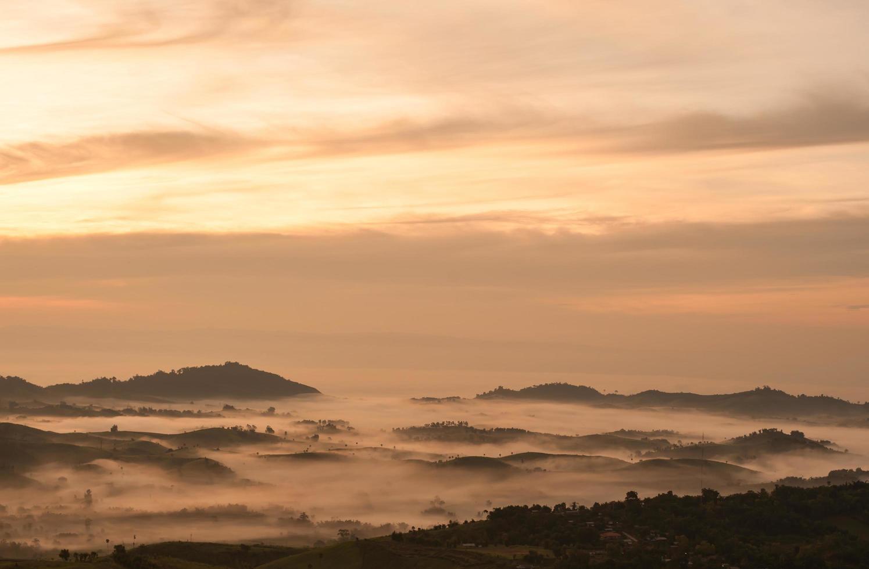 schöne Landschaft Sonnenaufgang Natur Hintergrund Berge und Himmel Goldfarbe foto