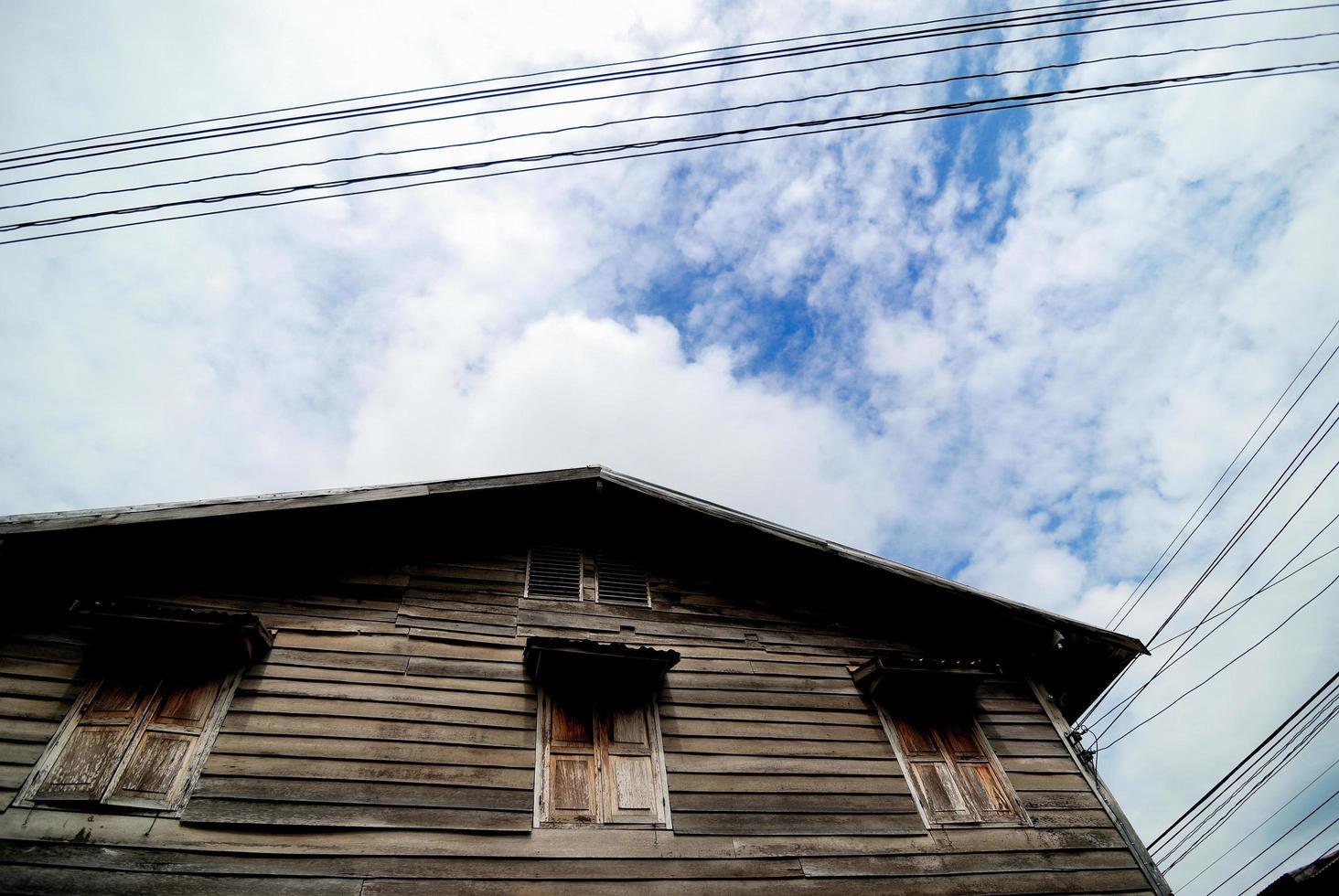 alte Holzhäuser daneben foto