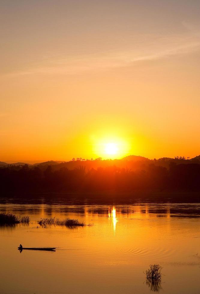 Fischerleben entlang des wunderschönen Sonnenuntergangs am Mekong foto
