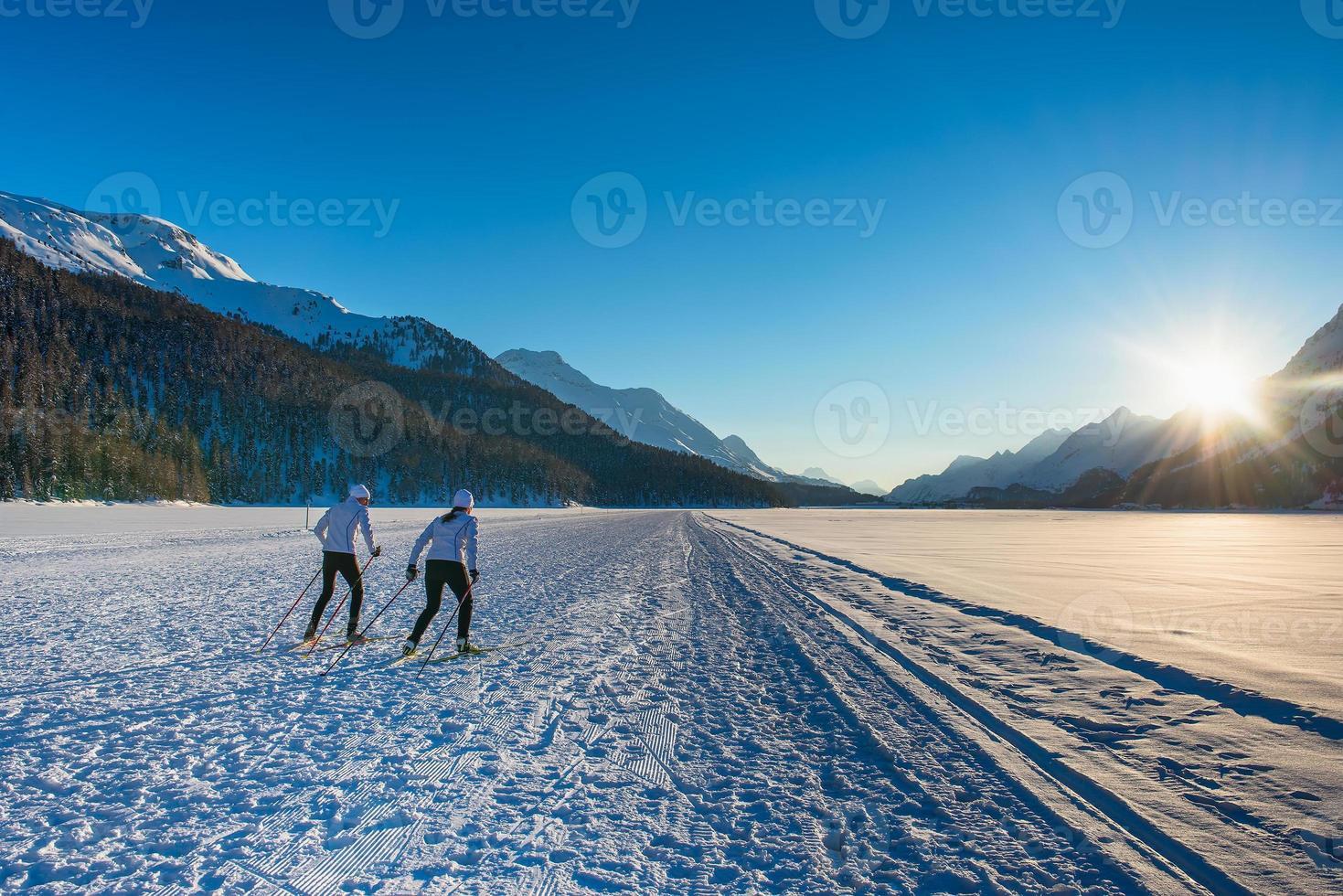 Paar Mann und Frau Langläufer mit Skatetechnik foto