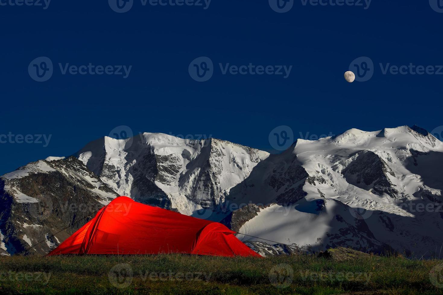 Zelt in der Einsamkeit unter den Gletschern der Alpen foto