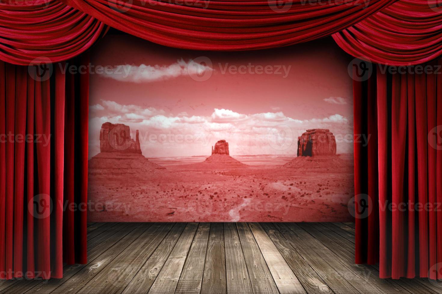 rote Theatervorhänge mit Wüstenlandschaft im Hintergrund foto