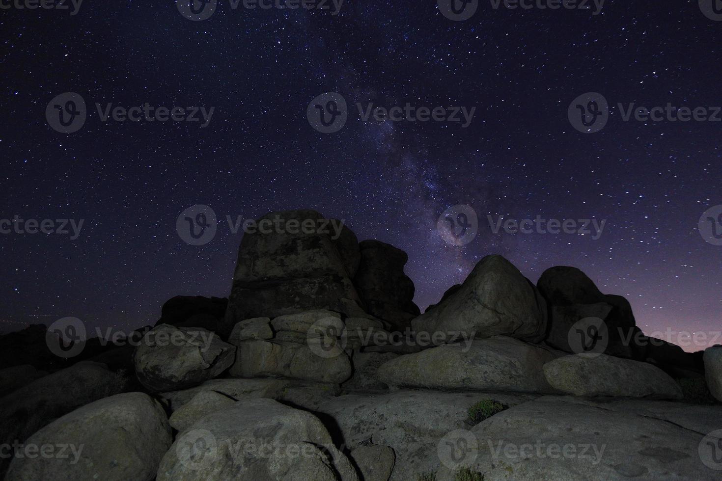 Sternspuren und Milchstraße im Joshua Tree National Park foto