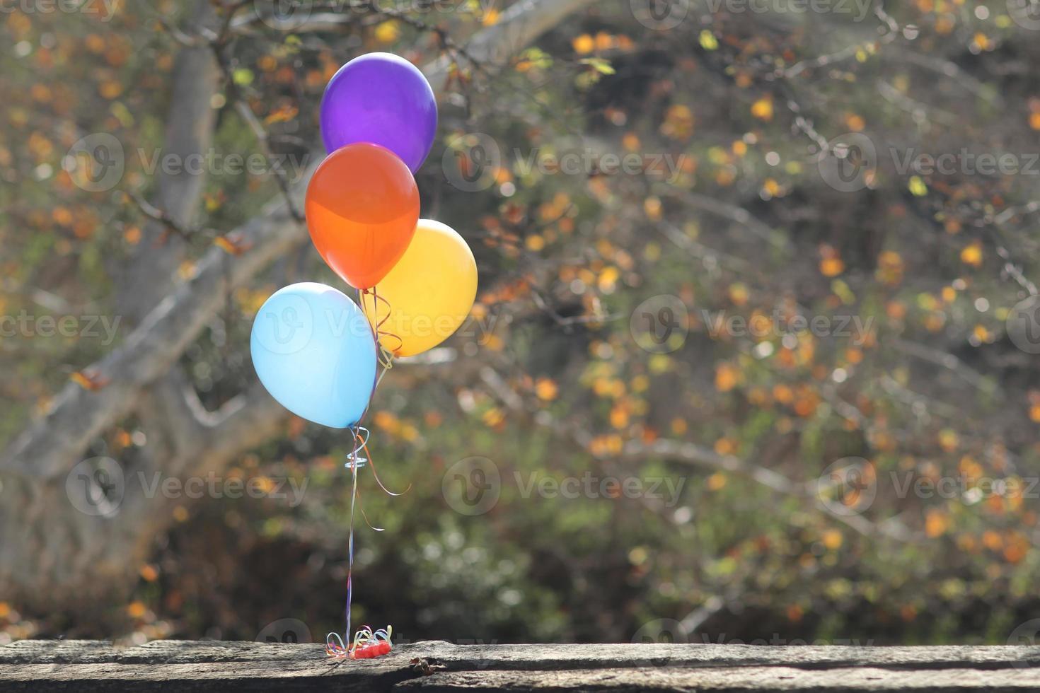 Ballons im Freien bei einer Feier mit Kopienraum foto