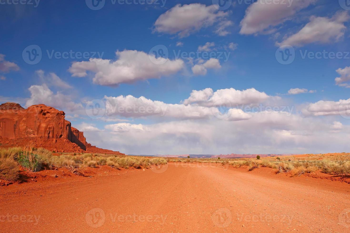 offene Straße in der Wüstenebene foto
