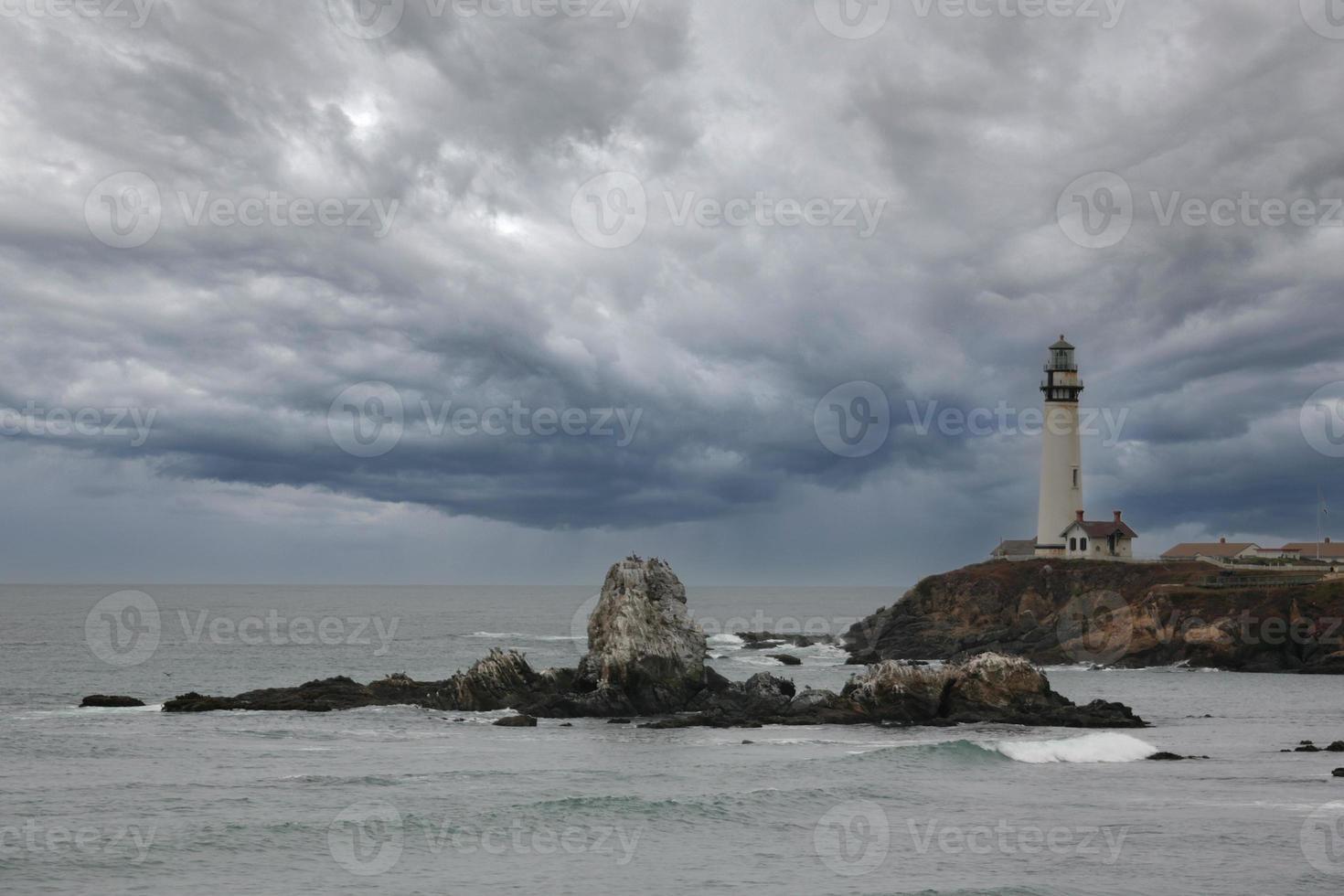 Leuchtturm in Kalifornien mit stürmischen Wolken foto