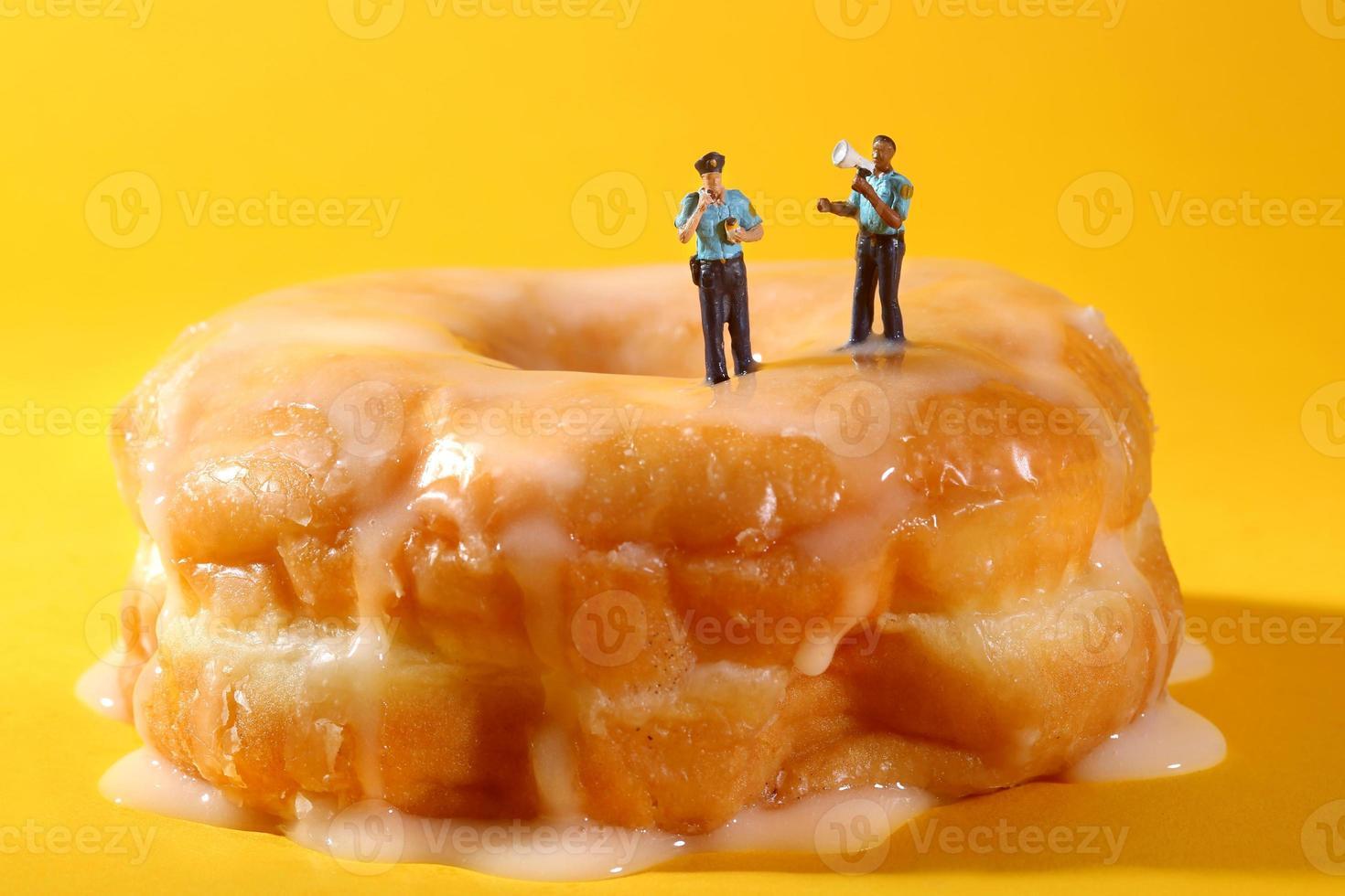 Polizisten in konzeptionellen Essensbildern mit Donuts foto