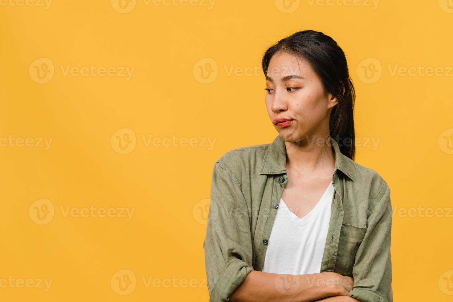 Porträt einer jungen asiatischen Dame mit negativem Ausdruck, aufgeregtem Schreien, weinen emotional wütend in Freizeitkleidung einzeln auf gelbem Hintergrund mit leerem Kopienraum. Gesichtsausdruck Konzept. foto