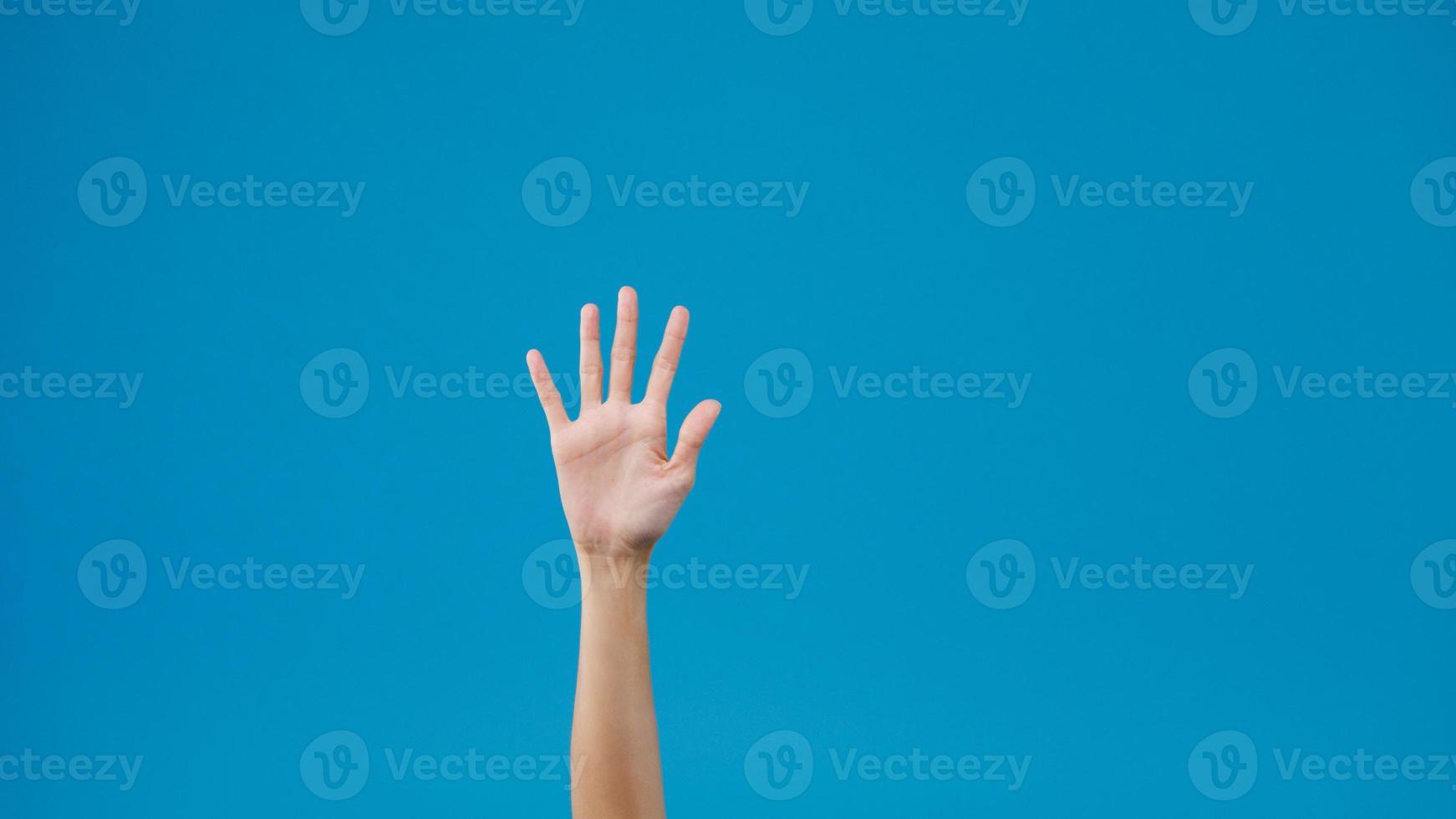junge Frau winken Gruß zu sagen, auf Wiedersehen, Handgesten auf blauem Hintergrund isoliert. Kopieren Sie Platz für einen Text, eine Nachricht für die Werbung. Werbefläche, Mock-up-Werbeinhalte. foto