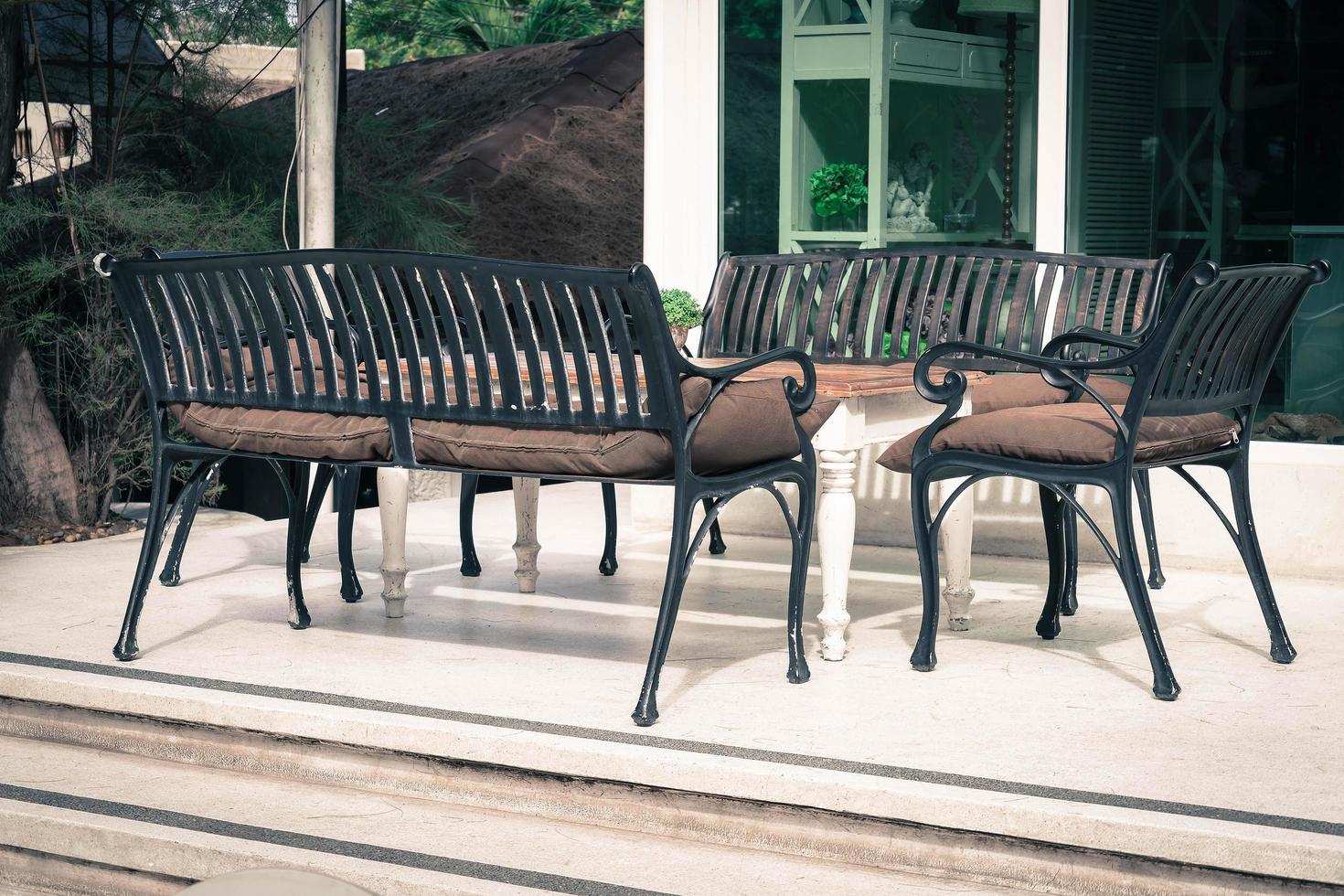 leerer Stuhl und Tisch foto