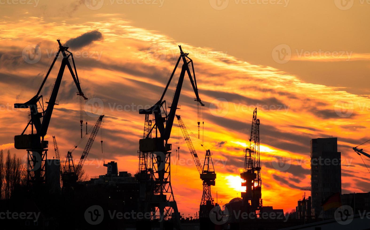 Silhouette des Hafens in Hamburg foto