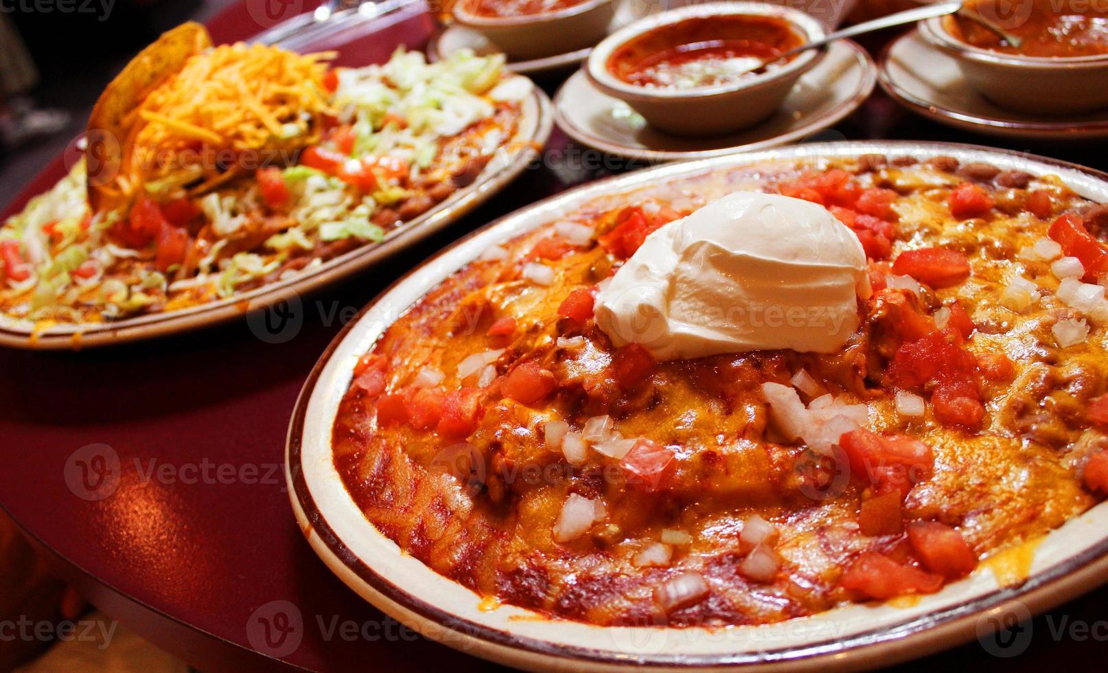 Enchilada-Platte mit saurer Sahne foto