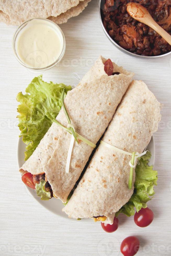 hausgemachter veganer Bohnen-Burrito foto