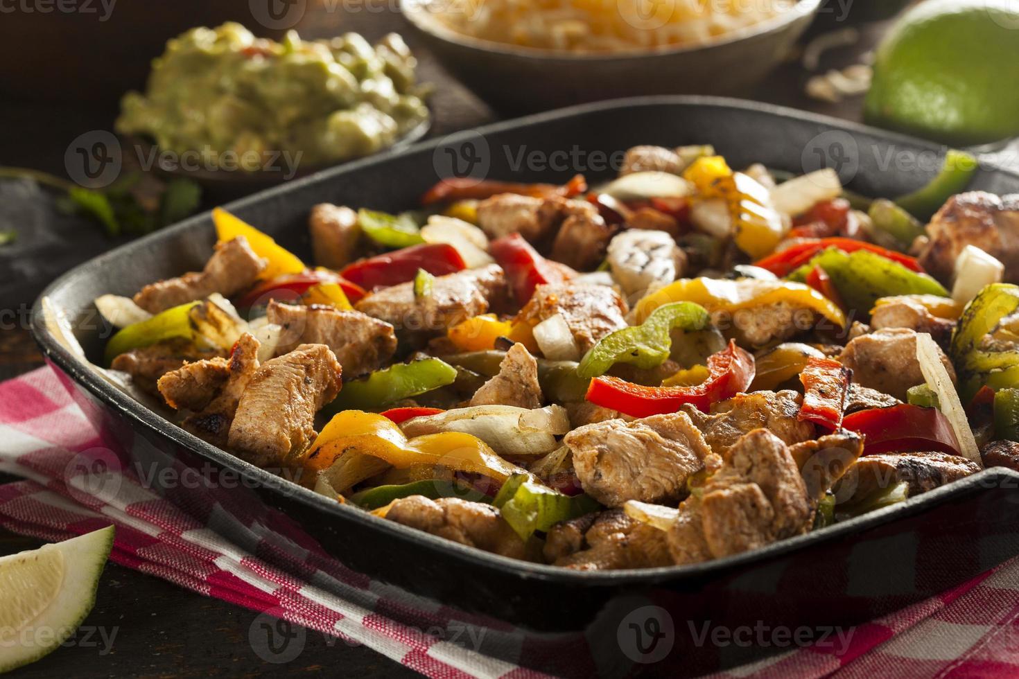 hausgemachte Hühnchen-Fajitas mit Gemüse foto