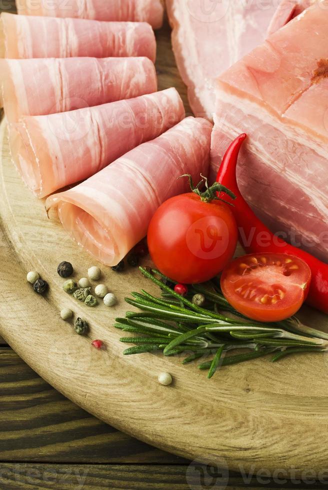 frische Schinkenscheiben mit Salat und Kirschtomate foto