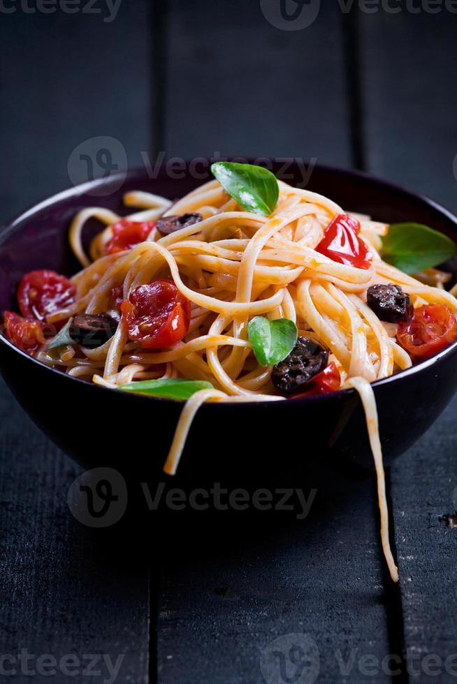 Nudeln mit frischen Tomaten und Oliven foto
