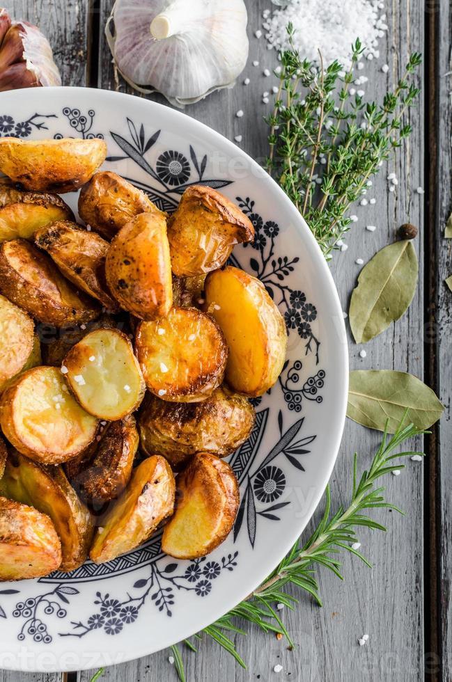 Ofenkartoffeln mit Kräutern und Knoblauch foto