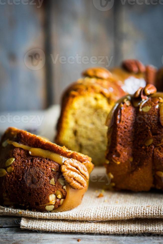hausgemachter Herbstkuchen mit Nüssen und Karamell auf hölzernem Hintergrund foto
