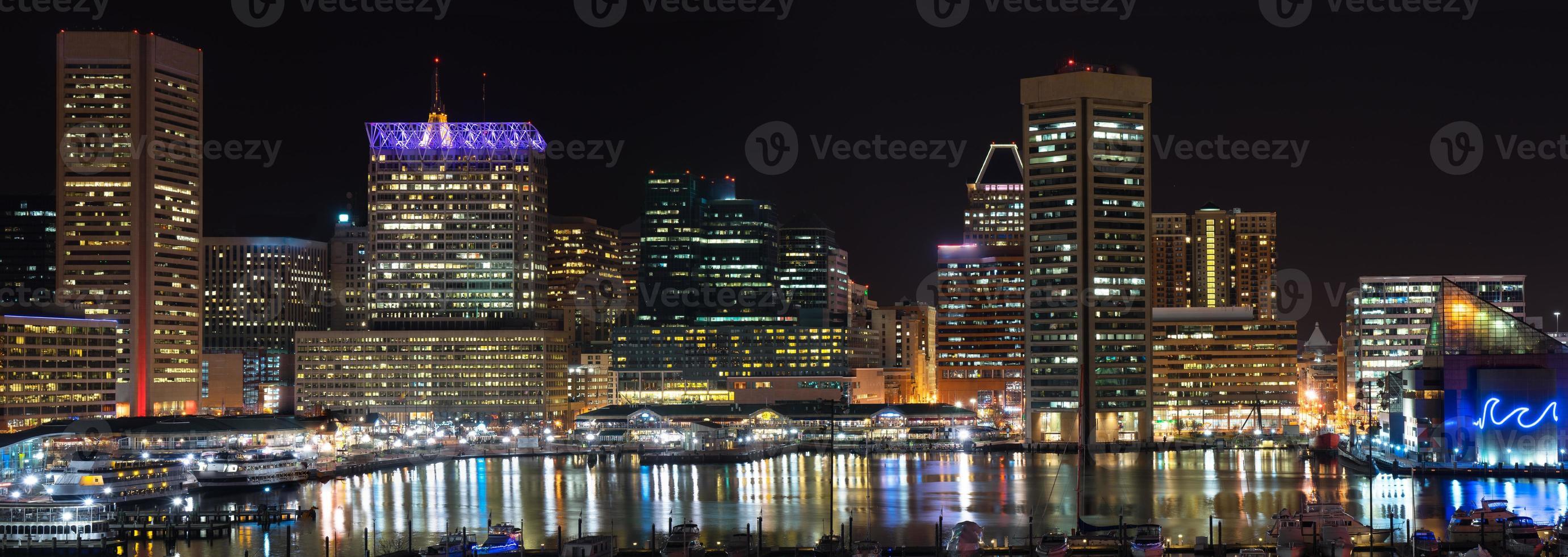 Nachtlandschaft des inneren Hafens von Baltimore foto
