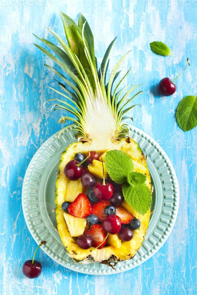 Obstsalat in Ananas foto