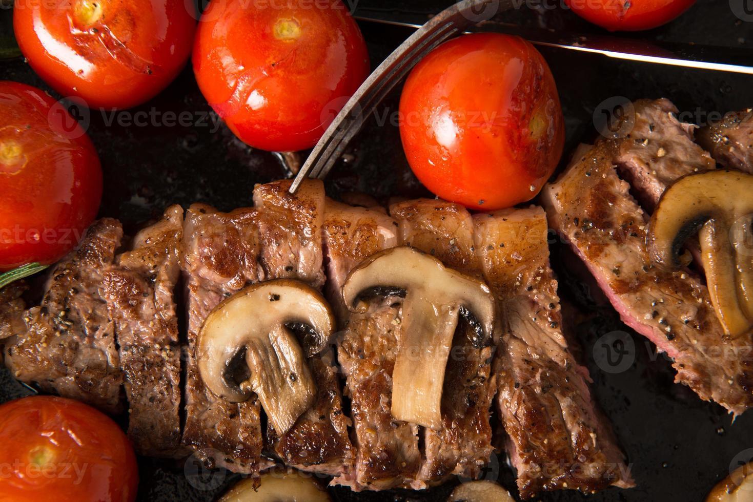 Grillstreifen-Lendensteak-Serie: Das Steak wird in Scheiben geschnitten foto