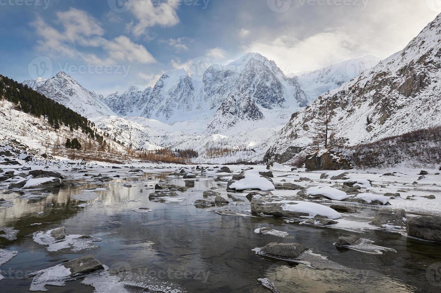 schöne winterlandschaft, altai berge russland. foto