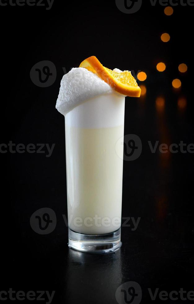 köstlicher Sloe Gin Fizz Cocktail foto