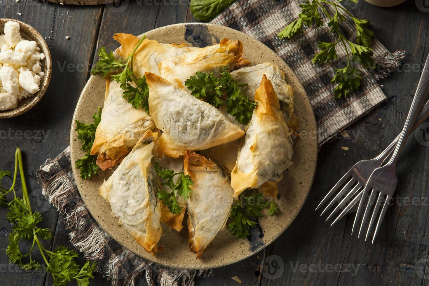 hausgemachtes griechisches Spanakopita-Gebäck foto