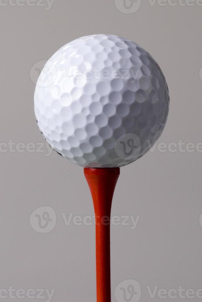 Golfball teed up foto