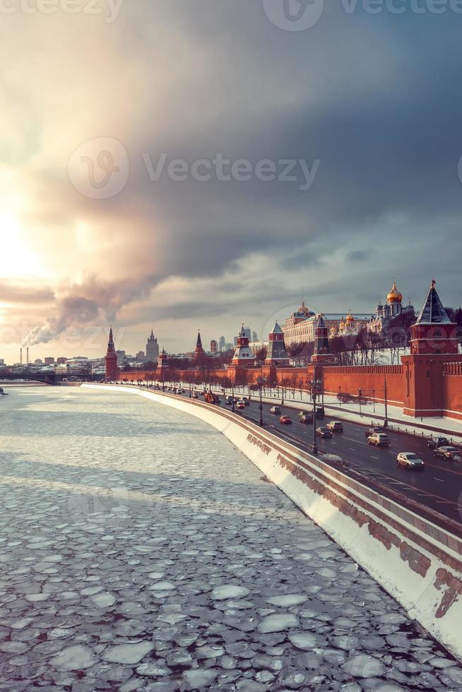 Blick auf Kreml und Winter Moskau Fluss bei Sonnenuntergang foto