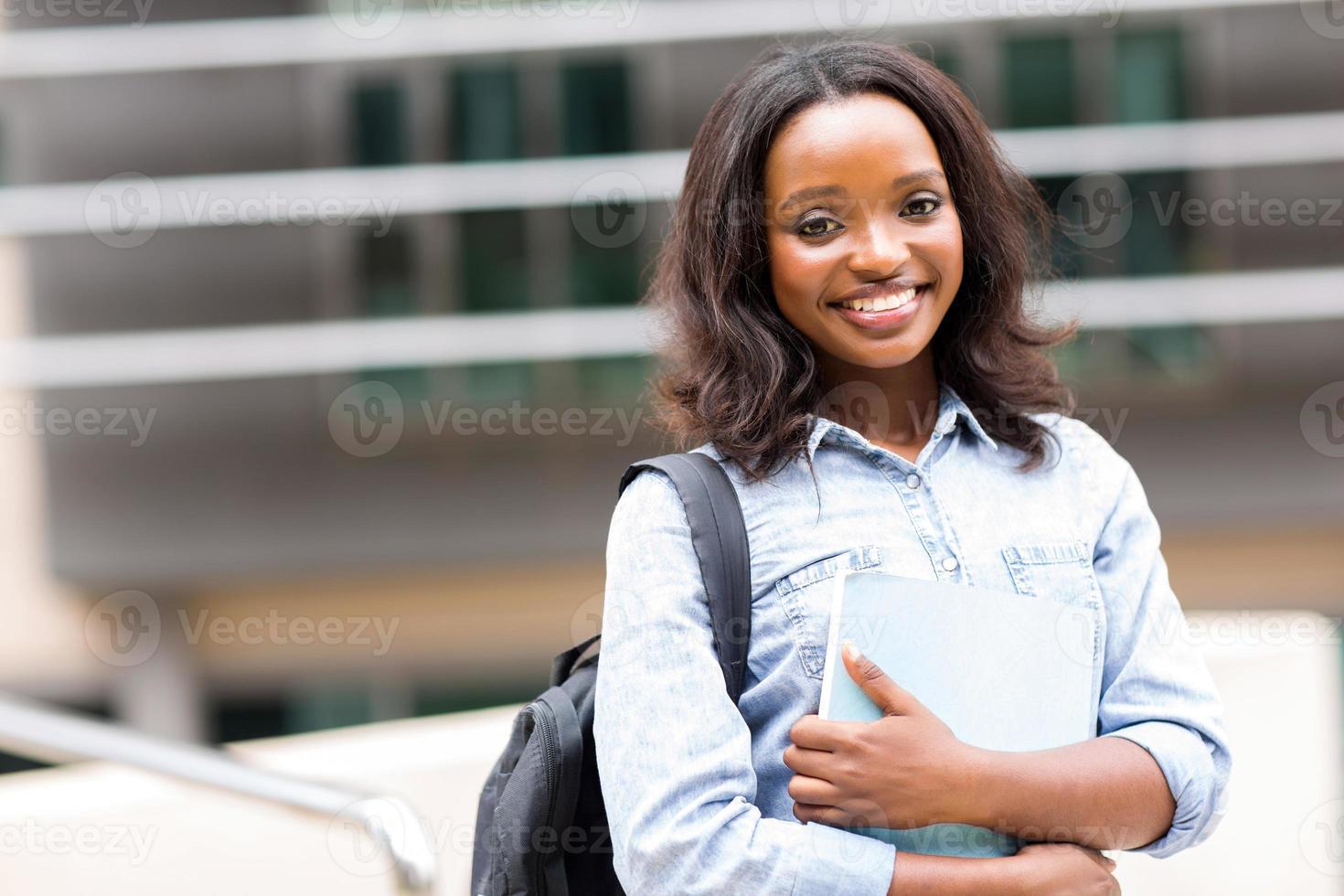 afrikanische Studentin auf dem Campus foto